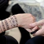 """سعوديات يقبلن على """"التاتو"""" في مواسم الأفراح"""