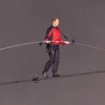 رجل يعبر شلالات نياغرا بالمشي على الحبل