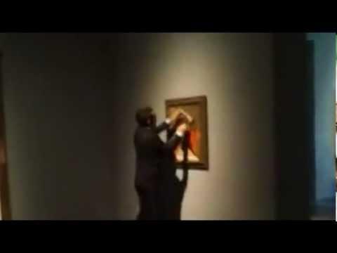 """شاب يرسم """"ثورا"""" على لوحة لبيكاسو بمتحف هيوستن"""