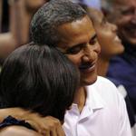 قبلة أوباما لزوجته تثير جماهير مباراة كرة سلة