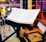 عرض كتاب «هذا محمد» الأكبر في العالم بالعين