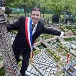 عشق باريس فبناها في حديقة منزله
