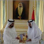 """خليفة يتسلم من محمد بن راشد نسخة من كتابه """"ومضات من فكر"""""""