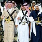 ولي عهد بريطانيا يؤدي العرضة بالزي السعودي