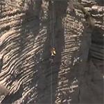 شاهد: لبناني يتحدى الشلل ويتسلق صخرة الروشة – فيديو