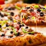 قائد طائرة يشتري وجبات بيتزا لجميع الركاب اعتذارًا على تأخر رحلتهم