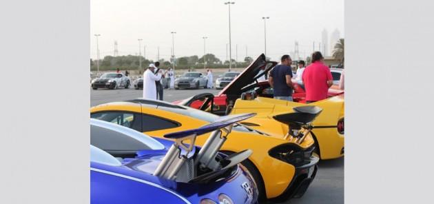 شاهد.. سباق بين أسرع سيارتين بالعالم في دبي