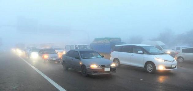 شرطة أبوظبي تحثّ السائقين على الالتزام بالإرشادات المرورية في الأجواء الضبابية