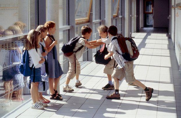 سوء معاملة الطفل من جانب زملائه في المدرسة قد تعرضه لمشكلات عقلية
