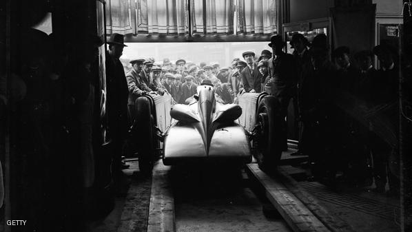قبل 90 عاما.. سيارة تخطت سرعتها 300 كلم