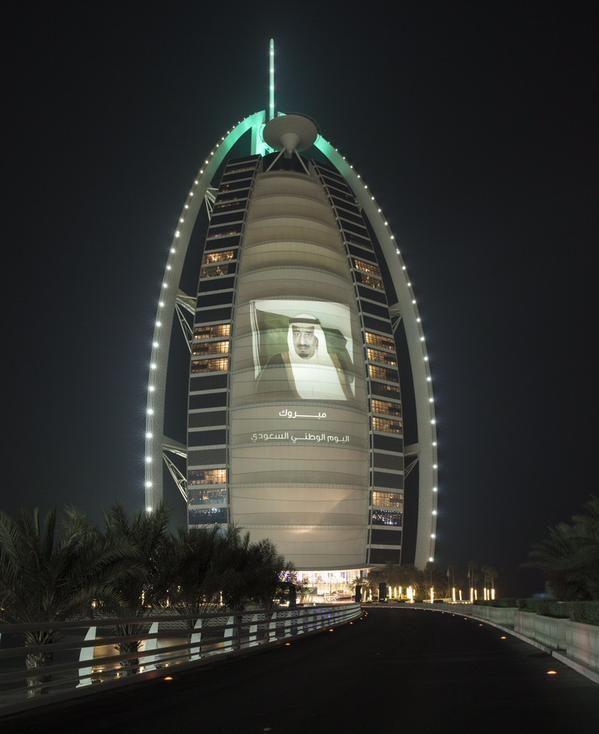 دبي تتزين بالأخضر احتفالاً باليوم الوطني السعودي