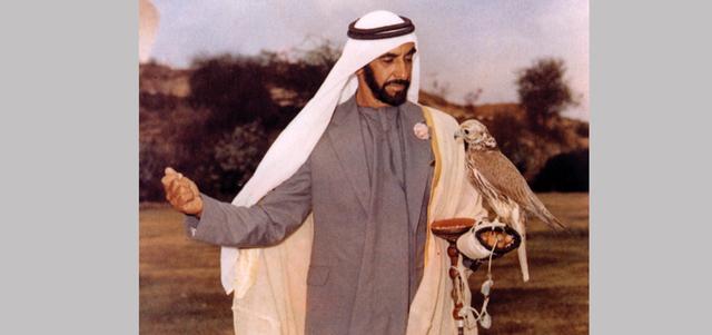 الشيخ زايد.. الصقّــار الأول عاشق التراث