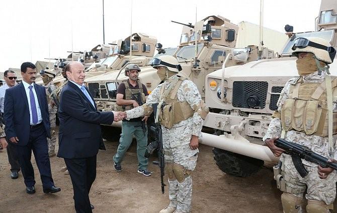 الرئيس اليمني يتفقد عدداً من أحياء مدينة عدن التي دمرتها الحرب