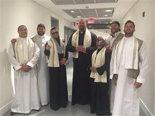 نجوم المصارعة العالميين يرتدون الزي السعودي في جدة.. تم تفصيلها خصيصًا لهم