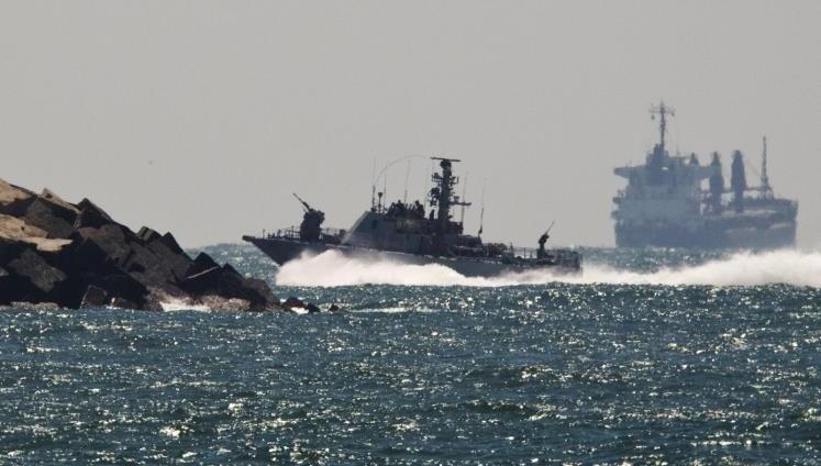 زوارق الاحتلال تستهدف مراكب الصيادين ببحر غزة