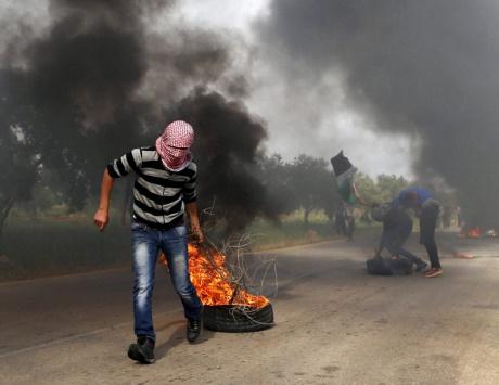 الاحتلال يعتقل 13 فلسطينياً في الضفة ويفتح النار على صيادي غزة