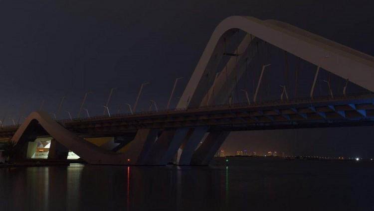 أبوظبي تطفئ أنوار جسر الشيخ زايد تقديراً للراحلة زها حديد