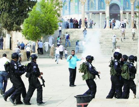قطعان المستوطنين تقتحم الحرم القدسي وإخطارات لهدم 5 منازل