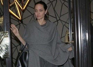 بالصورة «أنجلينا جولي» أثناء تجولها في لندن.. فبأي حال أصبحت ؟