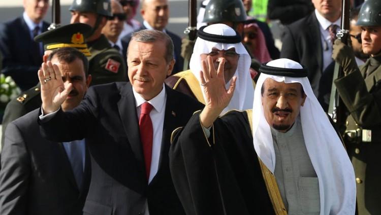 خادم الحرمين يصل تركيا للمشاركة في القمة الإسلامية