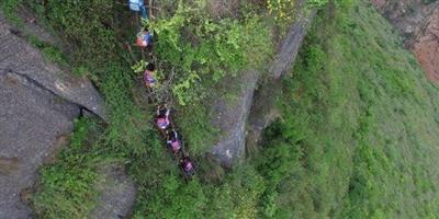 المدرسة الأكثر رعباً في العالم.. طلابها يتسلقون جبلاً للوصول إليها !