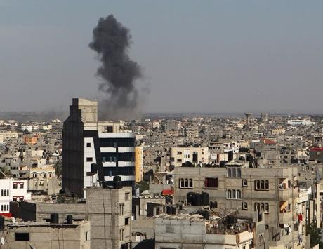 غارات صهيونية تستهدف غزة والمقاومة ترد بالقذائف