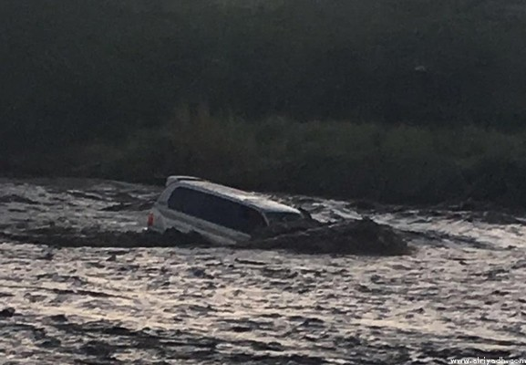 أمطار جازان: احتجاز مركبة بها عائلة وجرف 6 مركبات أخرى