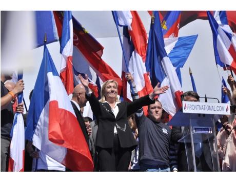 اليمين الأوروبي المتطرف يقطف «السلطة» من أكتاف المهاجرين