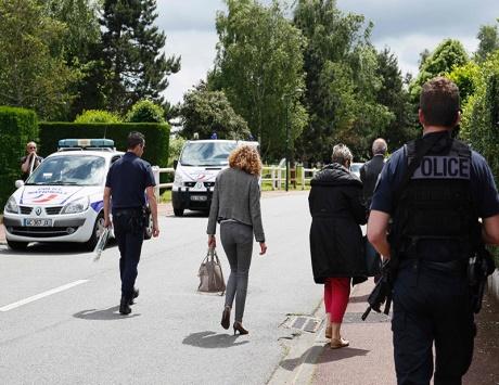 مقتل شرطيين فرنسيين بهجوم لـ «داعش» وهولاند يدعو لـ «عمل دولي حازم»