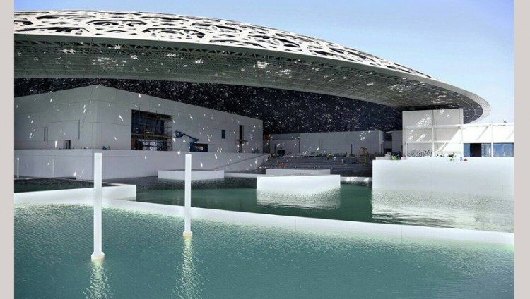 إزالة الحواجز المائية المحيطة بـ«متحف اللوفر أبوظبي» ليظهر كجزيرة عائمة