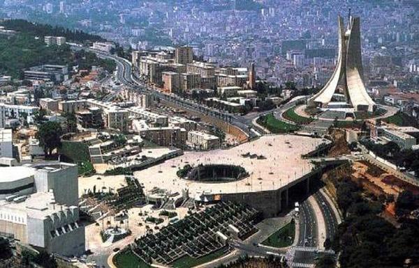 """الجزائر تمنع """"التواصل الاجتماعي"""" أسبوعا.. لماذا؟!"""