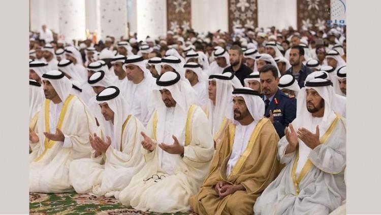 محمد بن زايد يؤدي صلاة عيد الفطر بمسجد الشيخ زايد الكبير بأبوظبي