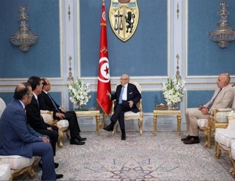 السبسي يناقش مع صحفيين تونسيين حرية الإعلام
