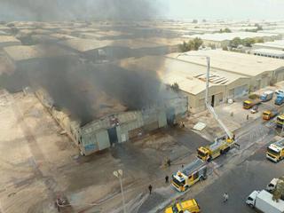 الدفاع المدني يسيطر على حريق بمستودعين في أبوظبي
