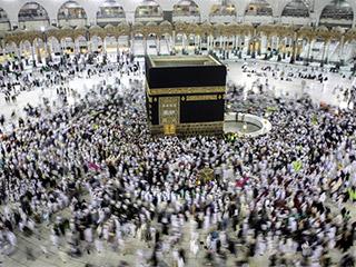 إمام المسجد الحرام يحذر من استخدام الحجاج وقوداً للفتنة