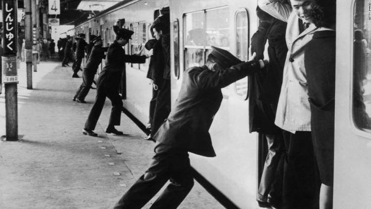 «أوشيفا» مهنة دفع المسافرين في مترو اليابان