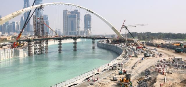 المياه تسري في مجرى «قناة دبي»