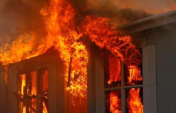 """حريق ضخم يلتهم """"أقدم فندق بريطاني"""""""