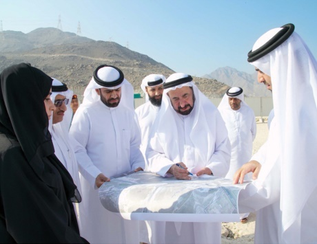 سلطان يتفقد مشروعات حيوية في مدينة خورفكان