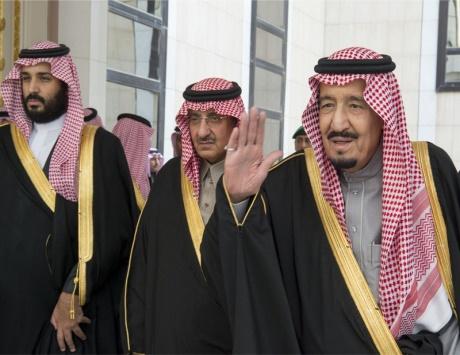 الملك سلمان: الحل السياسي للأزمات الدولية الخيار لتحقيق السلام