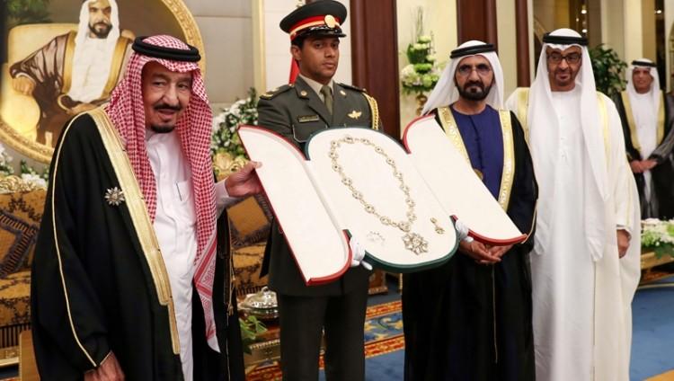 محمد بن زايد يمنح خادم الحرمين الشريفين وسام زايد