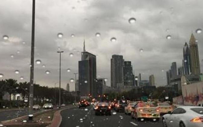 سقوط أمطار وانخفاض ملحوظ في درجات الحرارة الشهر الجاري