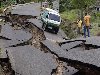 زلزال عنيف يهز إندونيسيا والفلبين