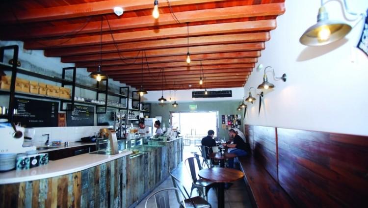مواطن يحوّل خشب سفينة والده إلى مقهى