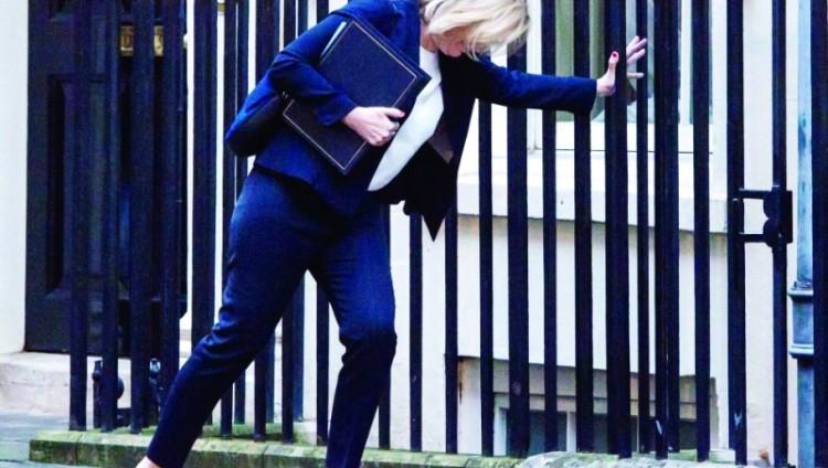 حذاء وزيرة الداخلية البريطانية يعلق في رصيف داونينغ ستريت