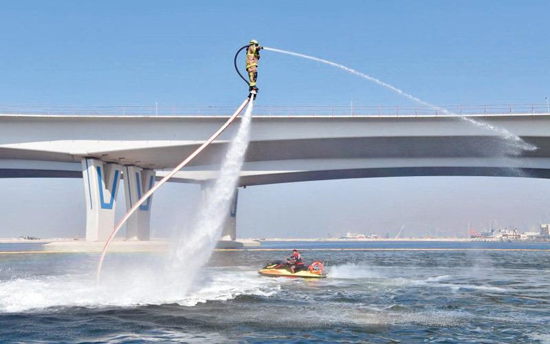 «الدولفين» إطفائي طائر ينطلق من البحر في دبي