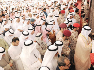 المواطنون وجموع المصلين يؤدون صلاتي الجنازة والغائب على الشهيدين الحمادي والبستكي