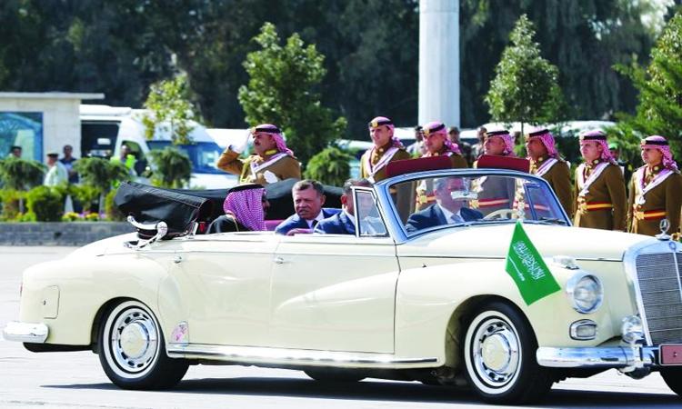 «مرسيدس 1961» تثير الانتباه خلال استقبال خادم الحرمين في الأردن