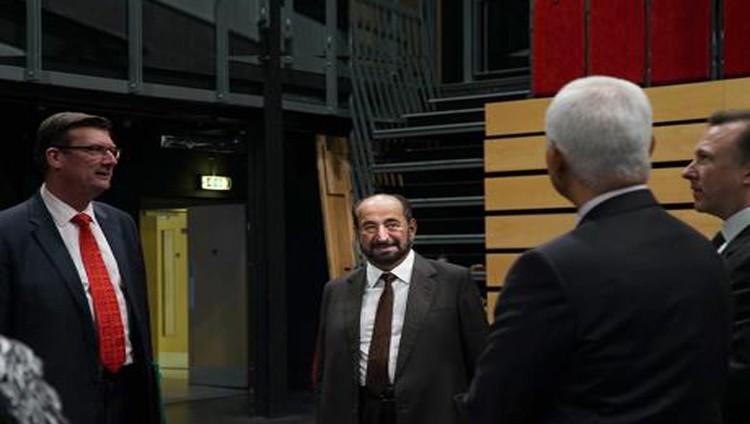 سلطان يزور جامعة سري في لندن