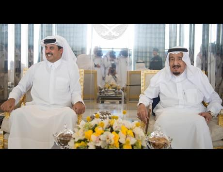 خادم الحرمين يبحث مع أمير قطر تعزيز العلاقات الثنائية